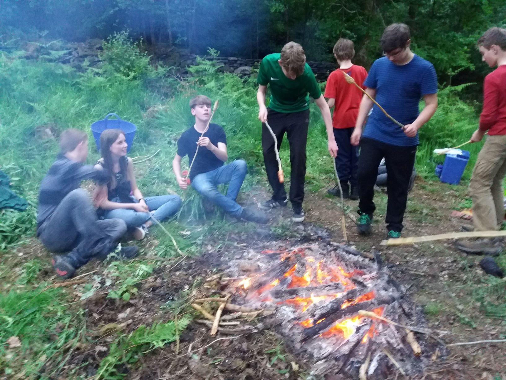 Ceidwaid Ifanc yn coginio dros dân / Young Rangers cooking on a fire